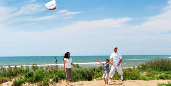 Détente en famille sur la plage - Hérault, le Languedoc © Henri COMTE